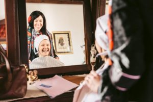 sorriso di federica e donna allo specchio
